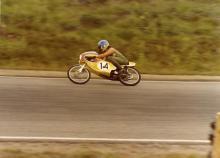 """Robert Lavér var en av stjärnorna inom 50cc-racingen. Kenneth Olausson minns sin vän och berättar storyn om den hysteriska """"kaffekoppsklassen""""."""